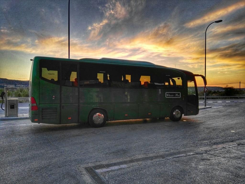 Autobus classicbus al atardecer
